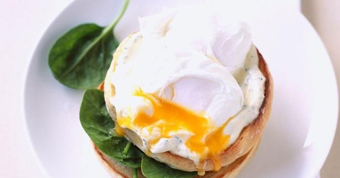 Сытный и невероятной вкусный бутерброд с яйцом пашот.  Фото: 1000.menu.