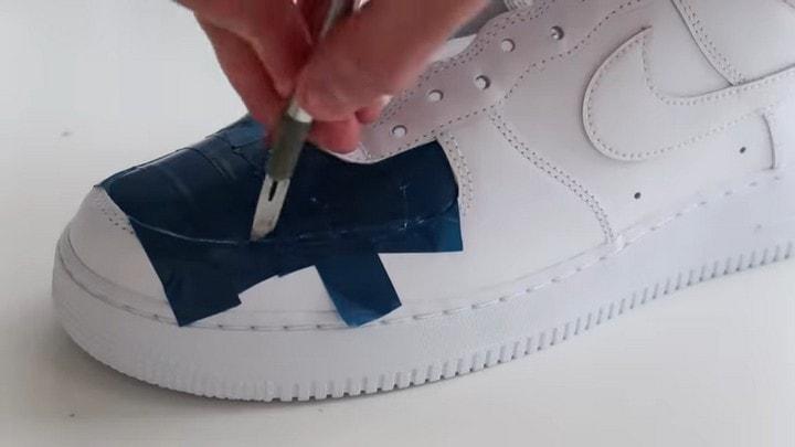 Простой способ — потрясающий результат! Создайте кроссовки с уникальной расцветкой поверхность, поверхности, цветов, изолентой, краски, окрашивания, кроссовок, кроссовки, разных, начинаем, формировать, зависимости, плёнку, баллончиками, задумки, распыляем, другом, направляя, красками, Верный