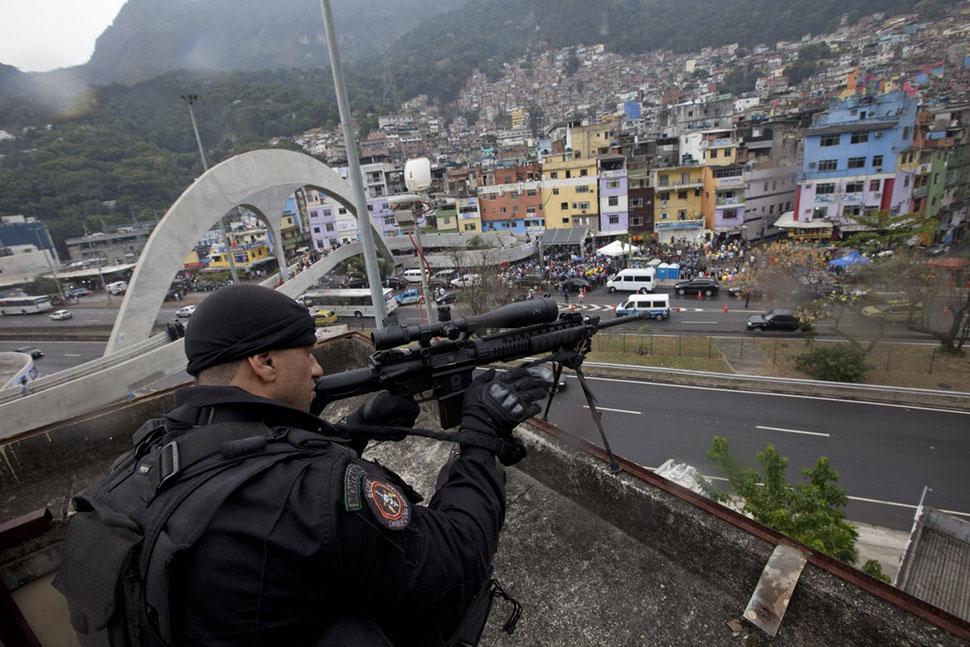 Прогулка по опасным фавелам Рио-де-Жанейро в компании бразильского спецназа