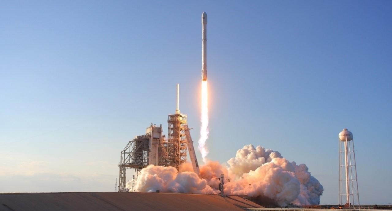 SpaceX впервые запустила на орбиту спутники глобального интернета