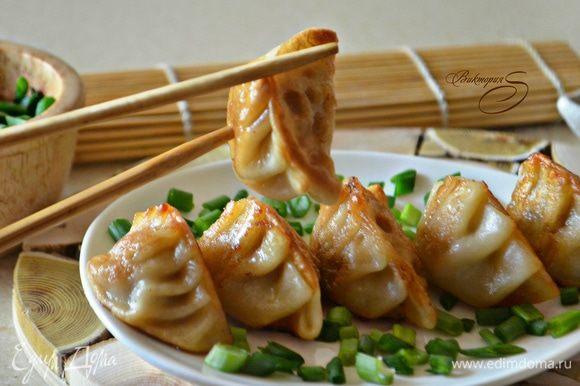 Подавайте гедза с соевым соусом и порубленным зеленым луком. Приобщитесь к японской кухне и поверьте, это очень и очень вкусно!