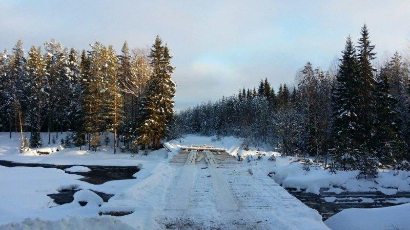 В Карелии жители поселка своими силами построили мост через реку авто, деревянный мост, карелия, мост, переправа, река, строительство, стройка