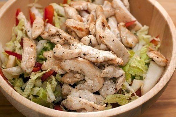 Вкусный и сбалансированный салат с куриной грудкой
