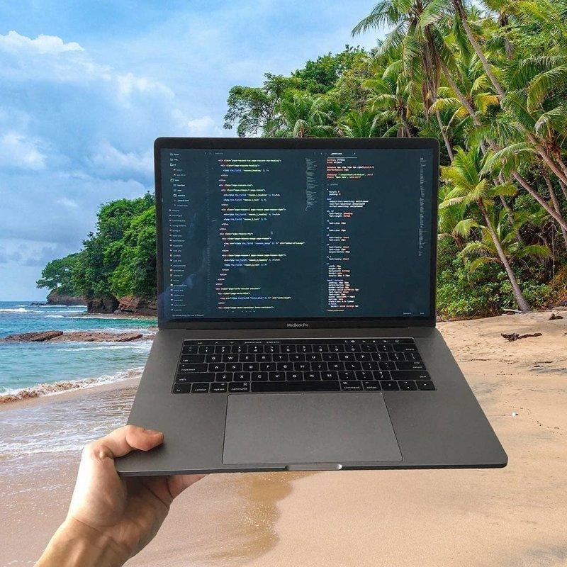 Хоть на тропическом пляже компьютеры, программисты, рабочие места, фото