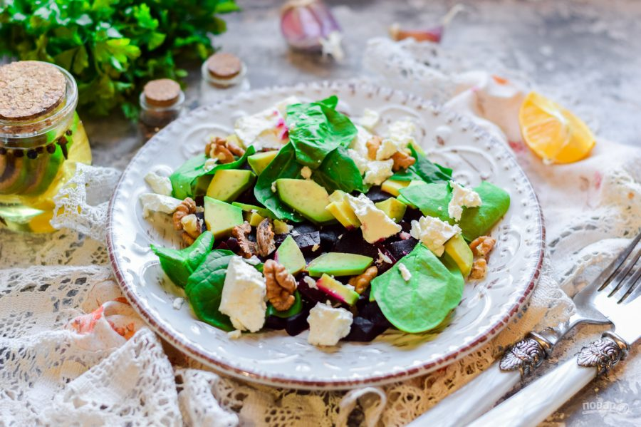Салат с авокадо и свеклой