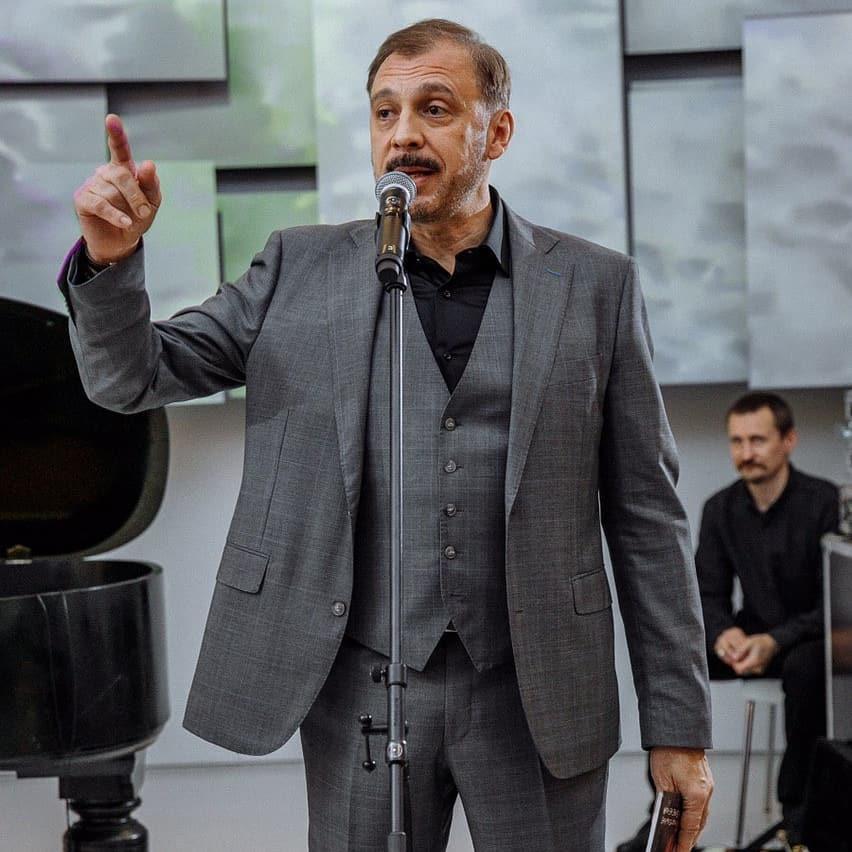 Бархатный голос российского ТВ: Сергей Чонишвили, как сложилась его жизнь Чонишвили, актера, актер, время, начал, актеры, «Ленкоме», участвовал, мальчик, фильме, Правда, главную, позвал, Первый, тогда, спектакль, участием, Житинкин, режиссер, решил
