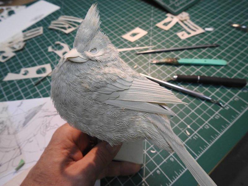 Художник создает изящные скульптуры животных из бумаги