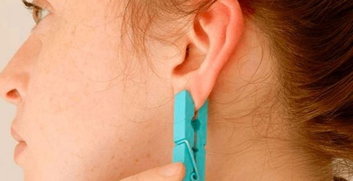 Зажмите ухо прищепкой на 5 секунд