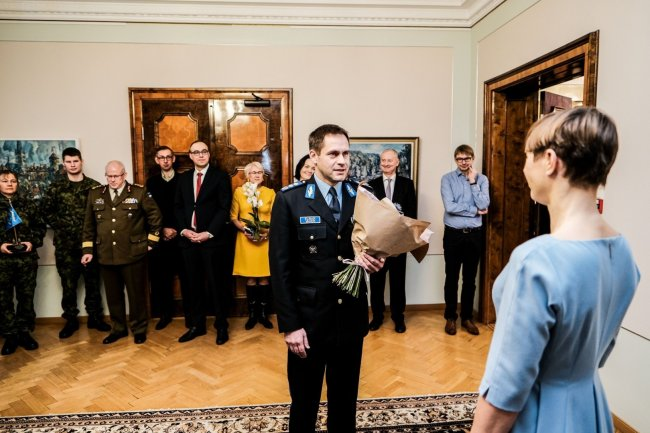 Президент Эстонии оконфузилась из-за бутылки шампанского