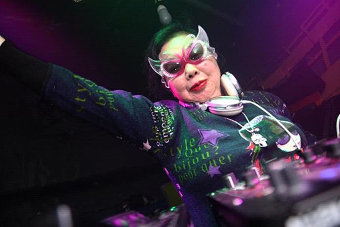 DJ Sumirock — 82-летняя японка, которая покорила модные танцполы Токио