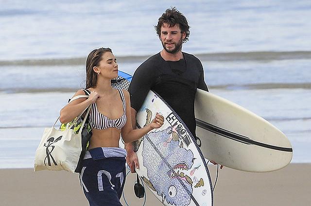 Лиам Хемсворт провел время на пляже со своей девушкой Габриэллой Брукс и братом Крисом