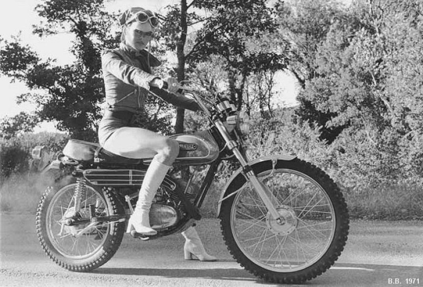 20 винтажных фото девчонок в коротеньких шортах на крутых мотоциклах авто и мото,автоновости
