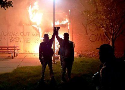 Города США снова в огне: стычки с полицией, погромы и комендантский час