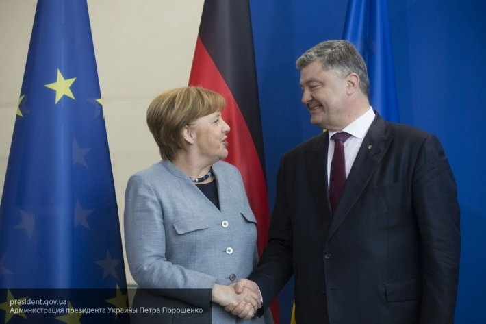 Порошенко призвал Меркель ввести санкции против РФ в ответ на паспорта для жителей ЛДНР