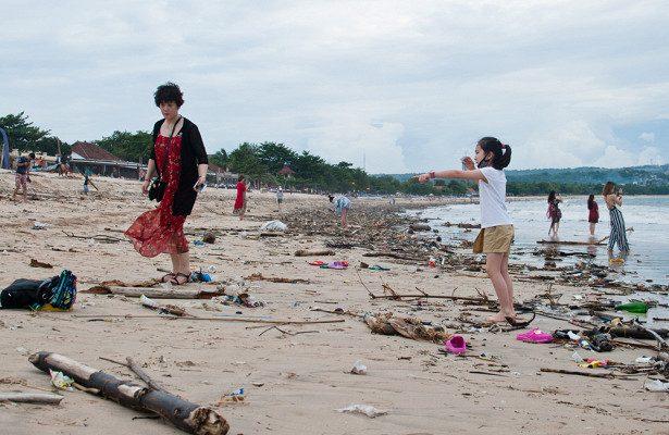 Пляжи Бали утопают в мусоре