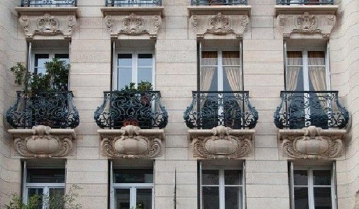 Во дворцах начали создавать специальные балконы, чтобы вельможи не выпадали во время дефекации.   Фото: top-voprosov.ru.