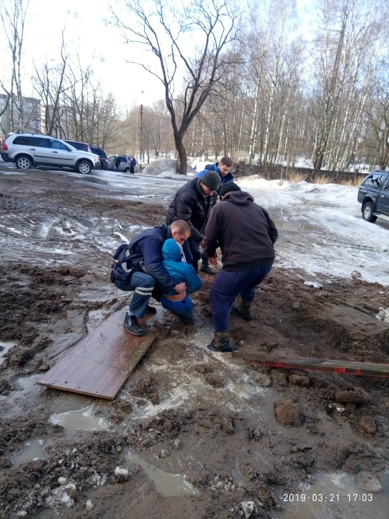 Российского школьника засосала грязевая жижа