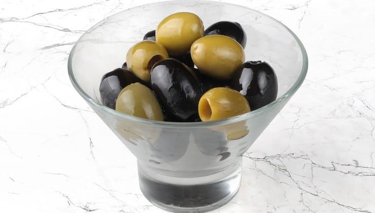 Чем отличаются оливки от маслин и что полезнее?