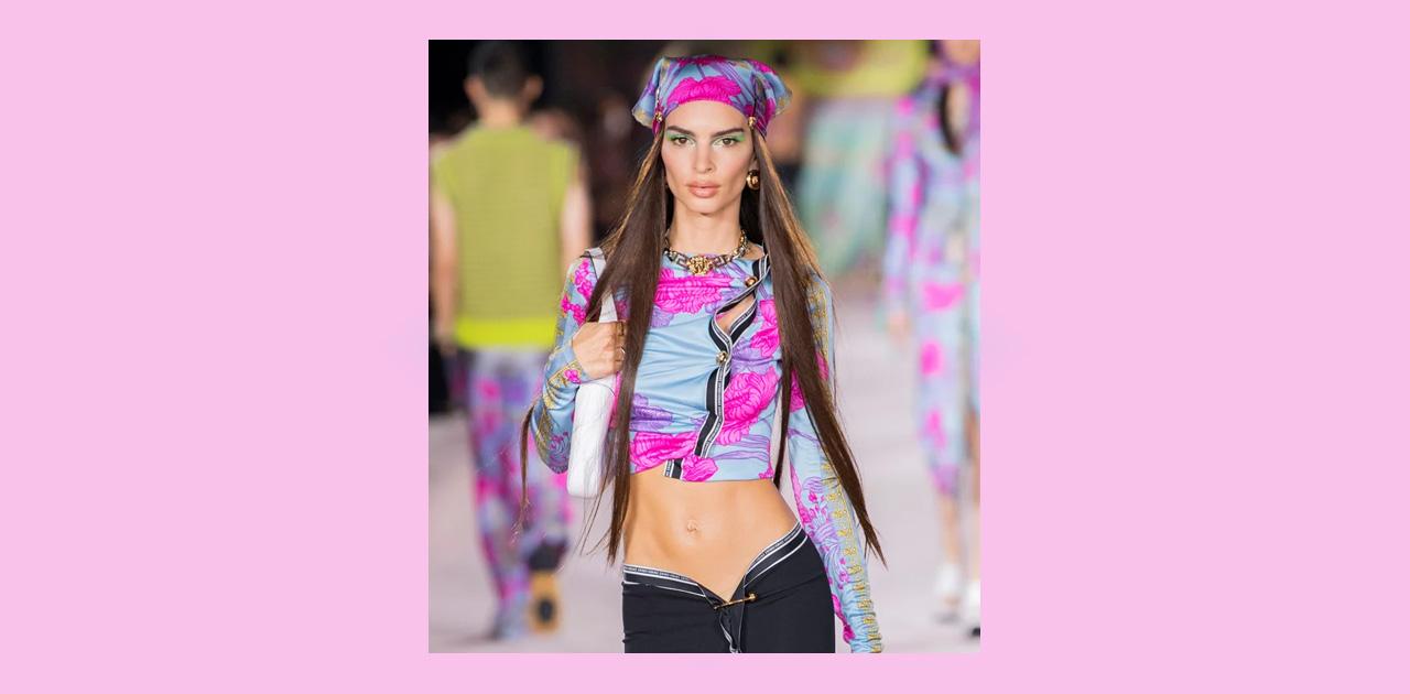 Трехцветные стрелки и много блеска: собрали бьюти-тренды с показа Versace, ставшего главным событием Недели моды в Милане