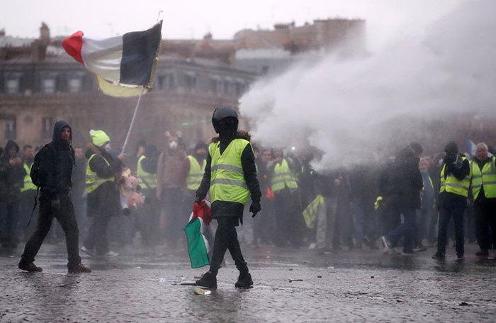 Девятая суббота «желтых жилетов»: беспорядки и столкновения с полицией