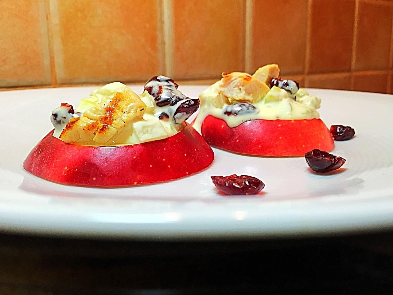 Пикантный салат на слайсах из яблок