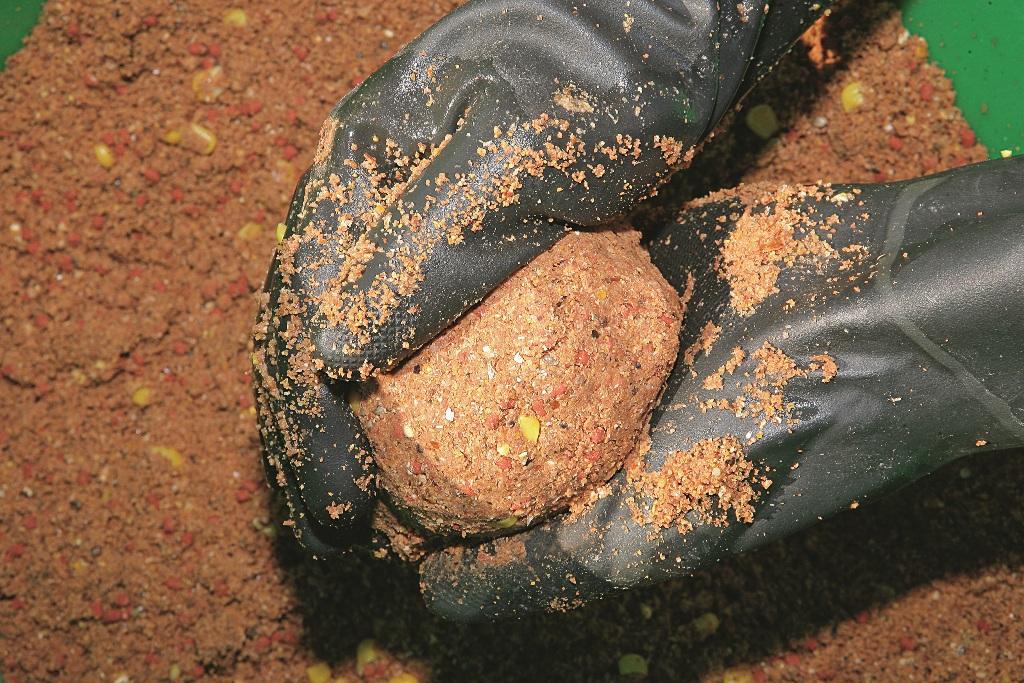 Тяжёлую, клейкую прикормку удобно лепить и перемешивать в хозяйственных перчатках.