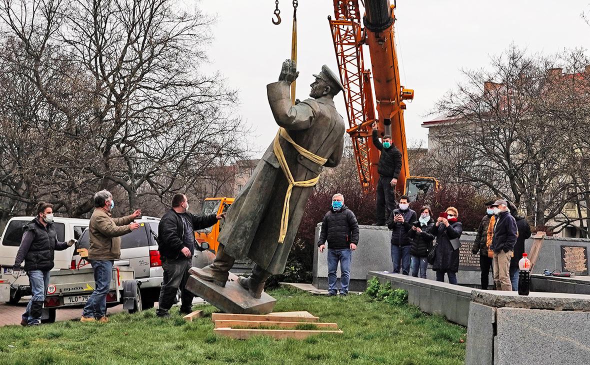 СК возбудил уголовное дело о сносе памятника маршалу Коневу в Чехии