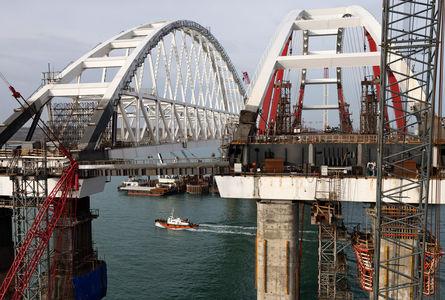 Мост в Крым: легковые автомобили поедут по нему уже в мае