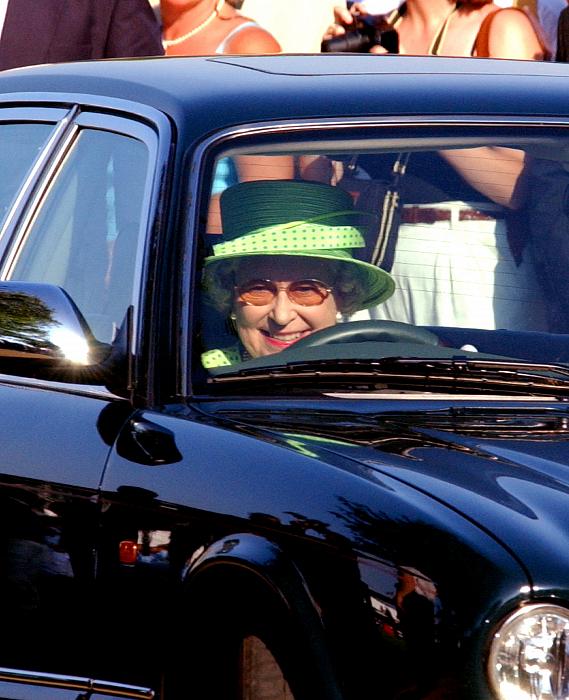 Елизавета II за рулем автомобиля, 2002 год. фото № 6