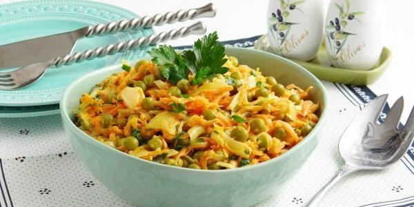 Салат из жареной моркови, лука и зелёного горошка