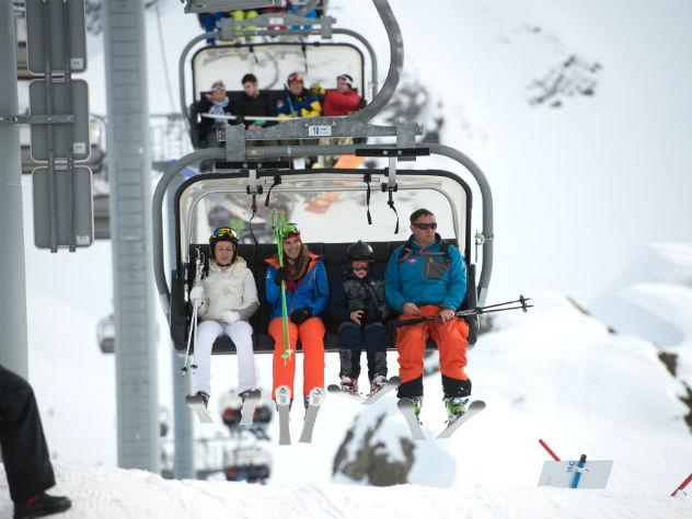 В Сочи падение сосны на лыжницу попало на видео