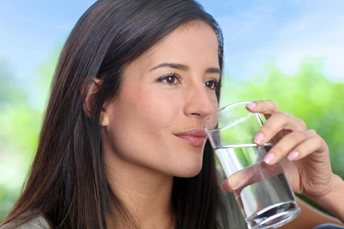 Первым делом воду из колодца или скважины необходимо понюхать / Фото: ruonc.ru