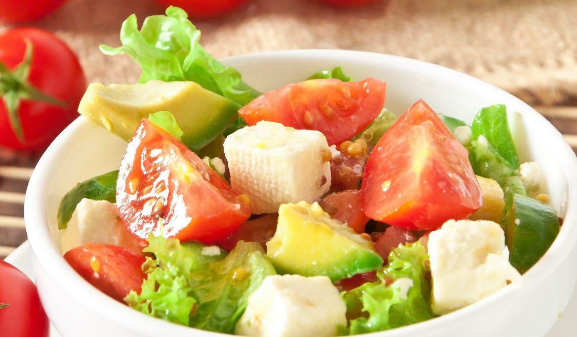 Лёгкий салат с помидорами, зеленью и авокадо