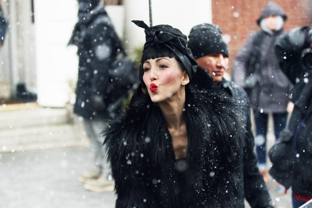 Магия Черного: как носить самый популярный цвет зимнего сезона?