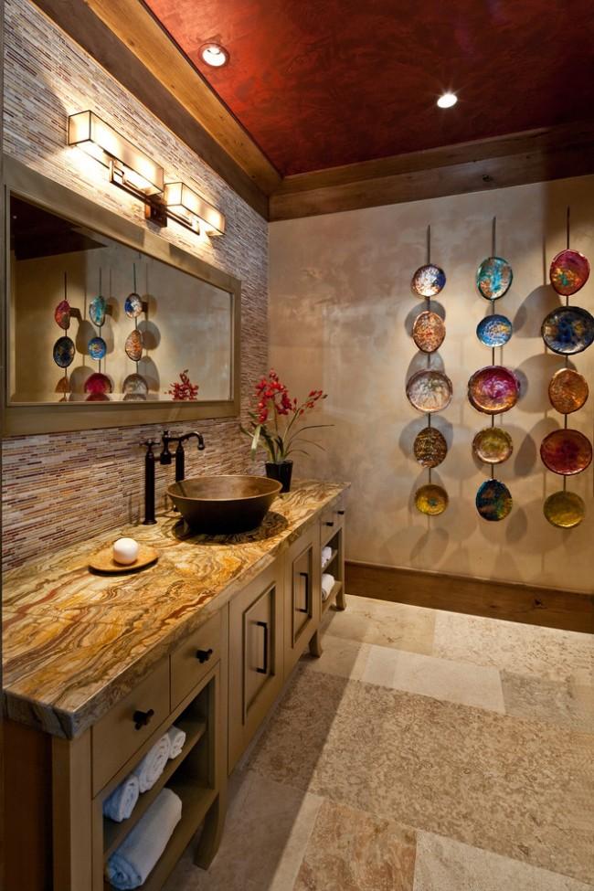 Стена, оштукатуренная с перламутровым финишем, сама по себе декоративна. Ее можно дополнить собственноручно сделанными интерьерными украшениями