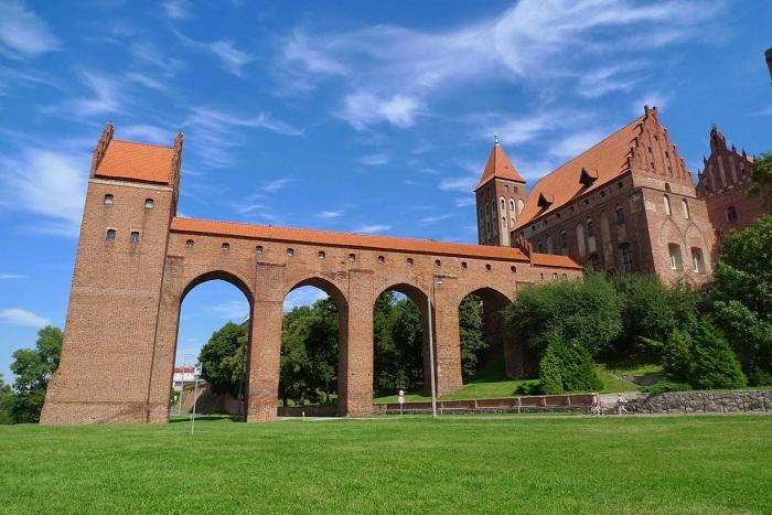 Галереи, ведущие к данцкеру иногда становились главным украшением двора.   Фото: golos.io.