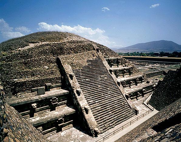 Ученые опустились в лабиринт под пирамидой Пернатого Змея. То, что было внутри, привело их в ужас!