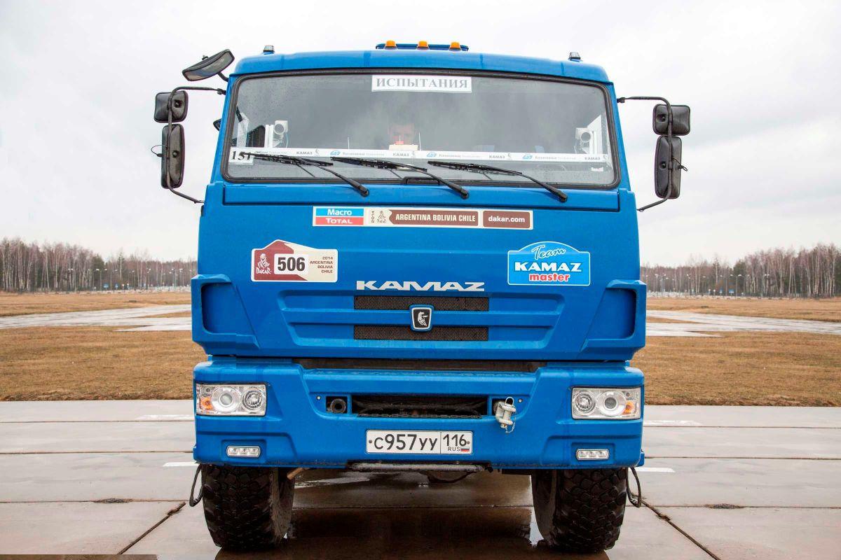 На первых испытаниях беспилотного КАМАЗа грузовик разрушил цех, в котором был собран
