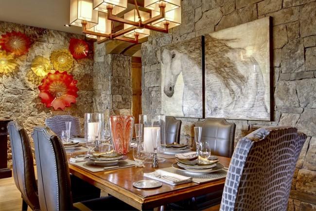 Декор стен стеклянными тарелками и картиной простым карандашом