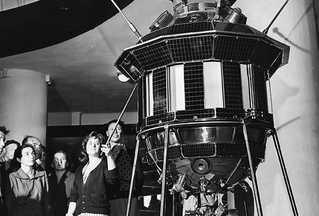 Макет автоматической межпланетной станции «Луна-3», запущенной 4 октября 1959 года и впервые передавшей на Землю изображение обратной стороны Луны.