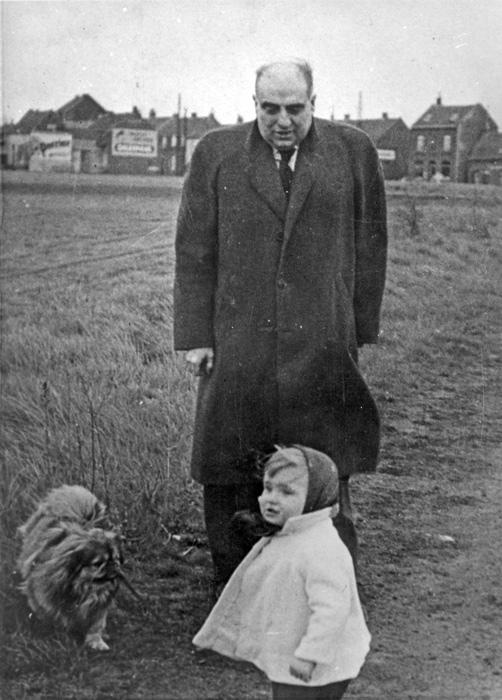 Мод, будучи ребенком, вместе со своим отцом.