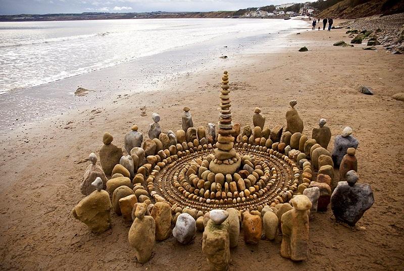 Художник делает шедевры из обычных листьев, веток и камней