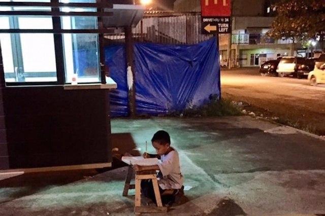 Мальчика заметили, когда он делал уроки при свете от «Макдоналдса».