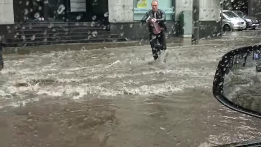 Не смотря на сильный ливень парень побежал спасать котенка. Такие люди помогают нам верить в добро супер
