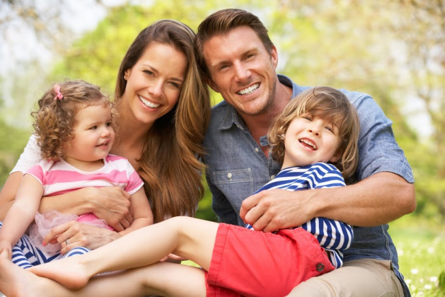 https://lintvkxan.files.wordpress.com/2015/04/bigstock-parents-sitting-with-children-38637955.jpg?w=650