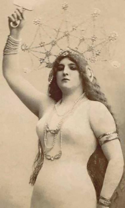 Клара Уорд стала моделью для смелых открыток