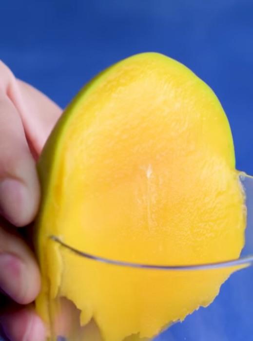Кожуру манго снимет край стакана. / Фото: facebook.com