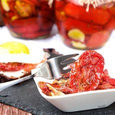 Вяленые томаты с чесноком и ароматными травами