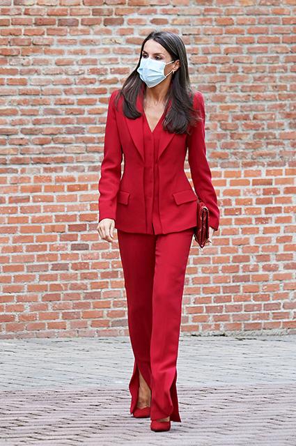 Женщина в красном: королева Испании Летиция в ярком образе посетила Мадрид Звездный стиль