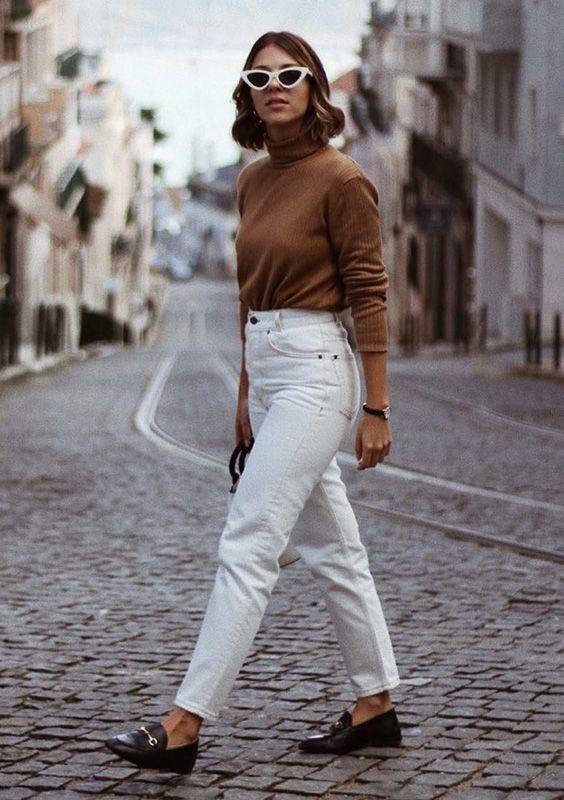 Девушка в белых джинсах с завышенной талией, коричневая водолазка и черные лоферы